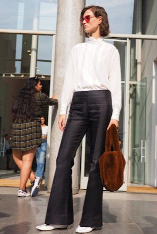 Модный образ в стиле минимализм flared pants