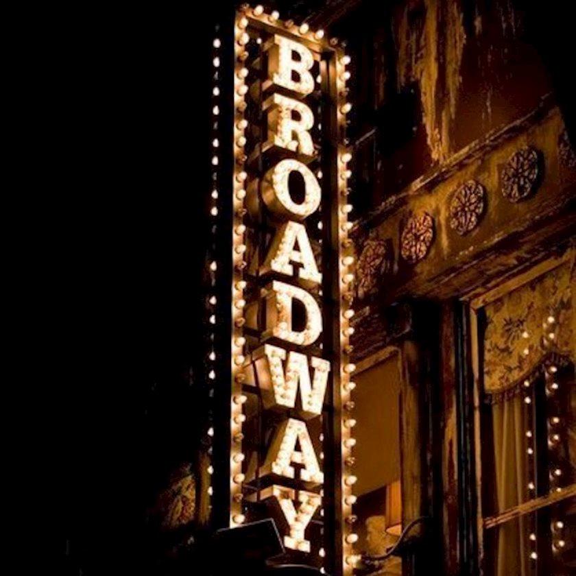 Месяц просвещения: Что надеть в театр?