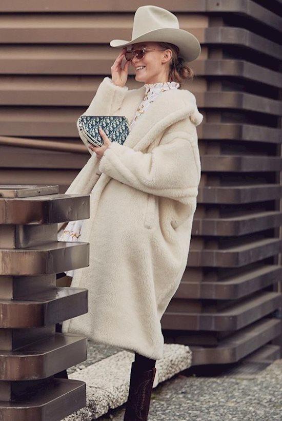 Модный образ в стиле casual White fur coat