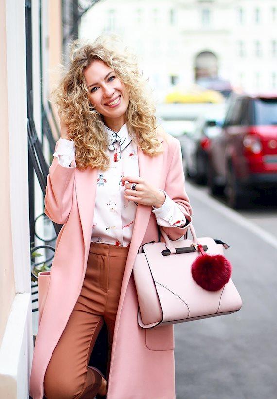 Модный образ в стиле business casual Розовое пальто